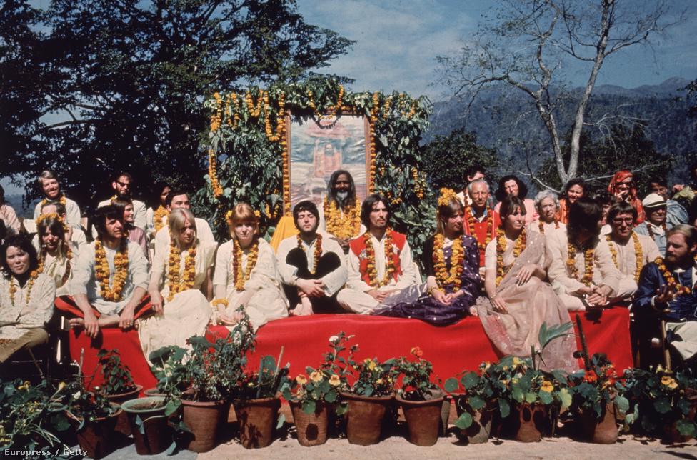 Az India-trippen ragadt Beatles 1968-ban. A képen nem csak a Beatles-tagok és feleségeik szerepelnek, hanem olyanok is, mint Maharishi Mahesh jógi,  Mal Evans Beatles-road vagy a Beach Boys-os Mike Love.
