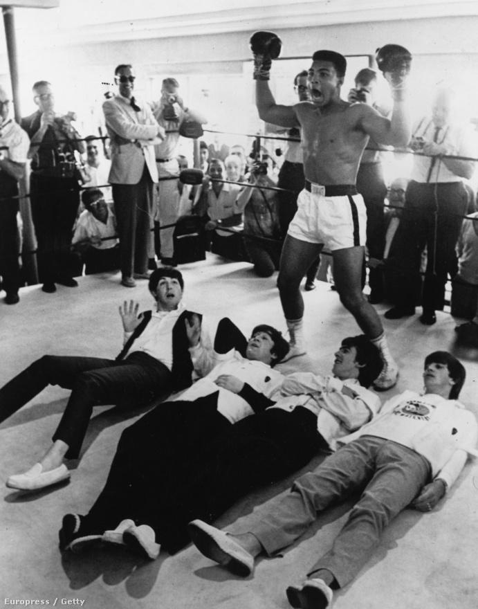 Cassius Clay (Mohamed Ali), pózol a leterített négy Beatles-tag fölött egy 1964-es New York-i sajtóeseményen.