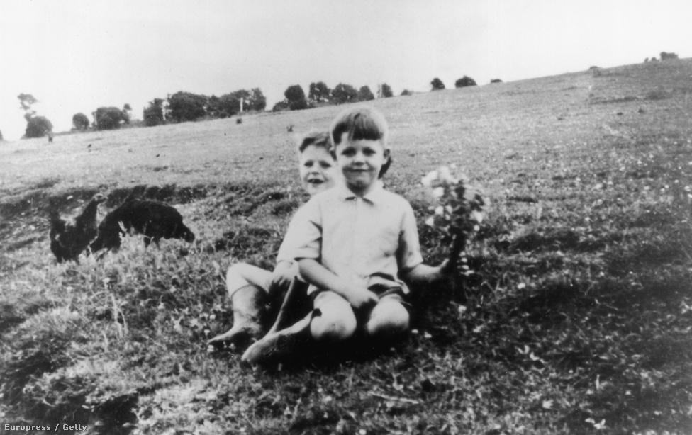 A hatéves Paul McCartney a fűben ücsörög idősebb bátyjával, Mike-kal. McCartney és Lennon 1957-ben találkoztak, majd Paul rögtön csatlakozott is John zenekarához, mint ritmusgitáros. Kezdetben még úgynevezett skiffle-t játszottak, ami az 1920-as évek Amerikájának színes bőrű zenészeitől eredt, és a bluesban valamint a dzsesszben gyökeredzett.