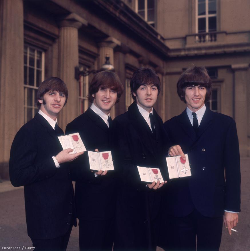 1965-ben a Buckingham Palota udvarán, miután a Királynő lovaggá ütötte mind a négy tagot. John Lennon 1969-ben visszaküldte a kitüntetést, mert nem tetszett neki, hogy a brit kormány támogatja a vietnámi háborút.