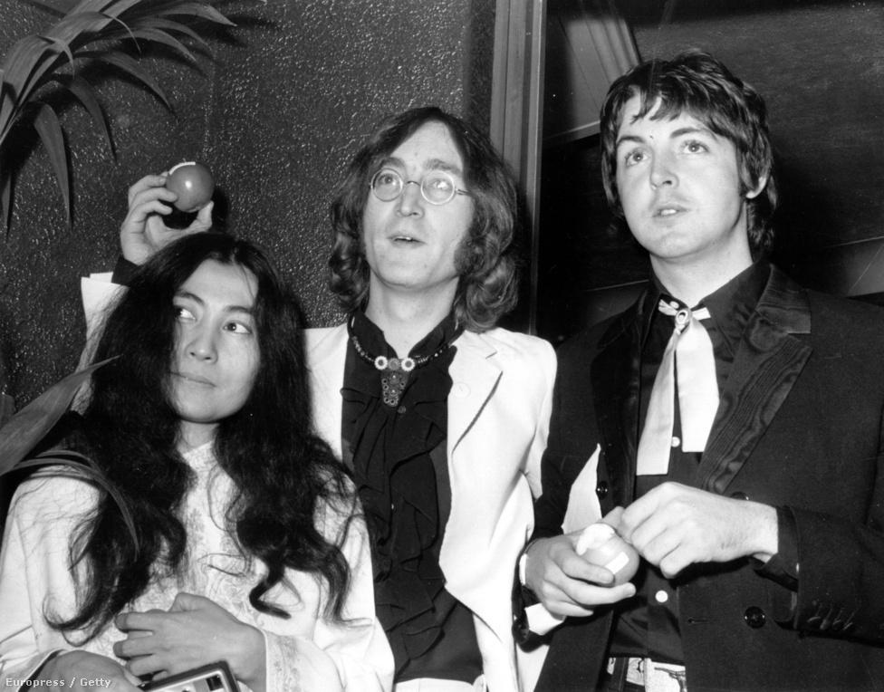 John Lennon és Paul McCartney 1968-ban, valamint az a nő, akit sokan a Beatles feloszlásáért hibáztatnak. Yoko Ono ekkor már John Lennon barátnője volt, és a legenda szerint nehezen jött ki McCartneyval.