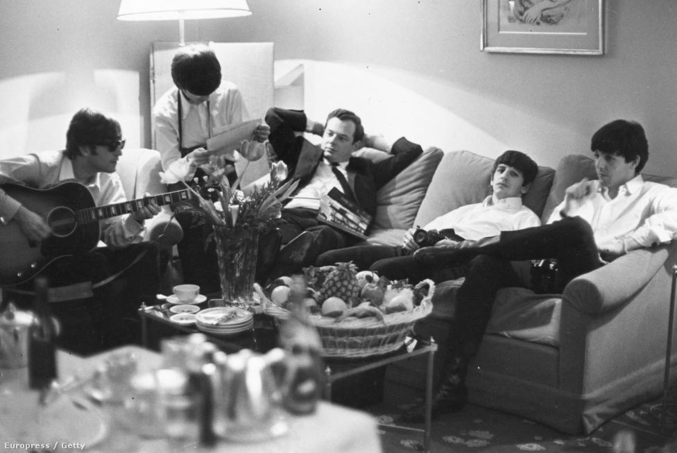 Brian Epstein menedzser (középen) és a Beatles Párizsban 1964-ben. Epstein üzleti tapasztalatai tették világhíres zenekarrá a Beatlest, és Lennonék lecsúszását is onnan számítják, hogy a menedzser 1967-ben elhunyt. Az biztos, hogy Epstein rendkívül ügyesen adta el a csapatot, akiket először a liverpooli Cavern Clubban látott először egy ebédidőben adott koncerten, miután a lemezboltjában állandóan a csapat  Tony Sheridannel közösen felvett kislemezét keresték.