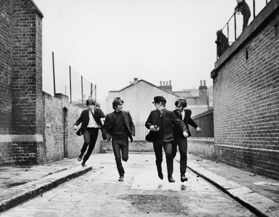 Az Egy nehéz nap éjszakája (A Hard Day's Night) című film forgatásán 1964 januárjában. Ekkor már tombolt a Beatlemánia, a film mégis fikció, még ha ezt dokumentarista stílusban is tálalták. Röviden arról szól, hogy a négy zenész megpróbál elszökni az őket üldöző rajongó tömeg elől, és próbálja feldolgozni a hirtelen jött sikert.