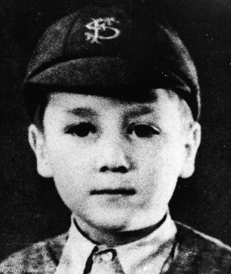 A nyolcéves John Lennon, aki 1960-ban Stuart Sutcliffe-fel együtt kitalálta a The Beatles nevet  Buddy Holly The Crickets nevű zenekara után.
