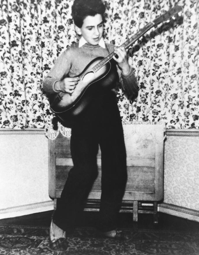 George Harrison McCartney miatt ment el egy Lennon által tartott meghallgatásra, de a 14 éves zenész túl fiatal volt John szerint, még ha jól is játszott. Egy hónap múlva viszont már beszállhatott hozzájuk, mint szólógitáros. A képen Harrison 11 éves.