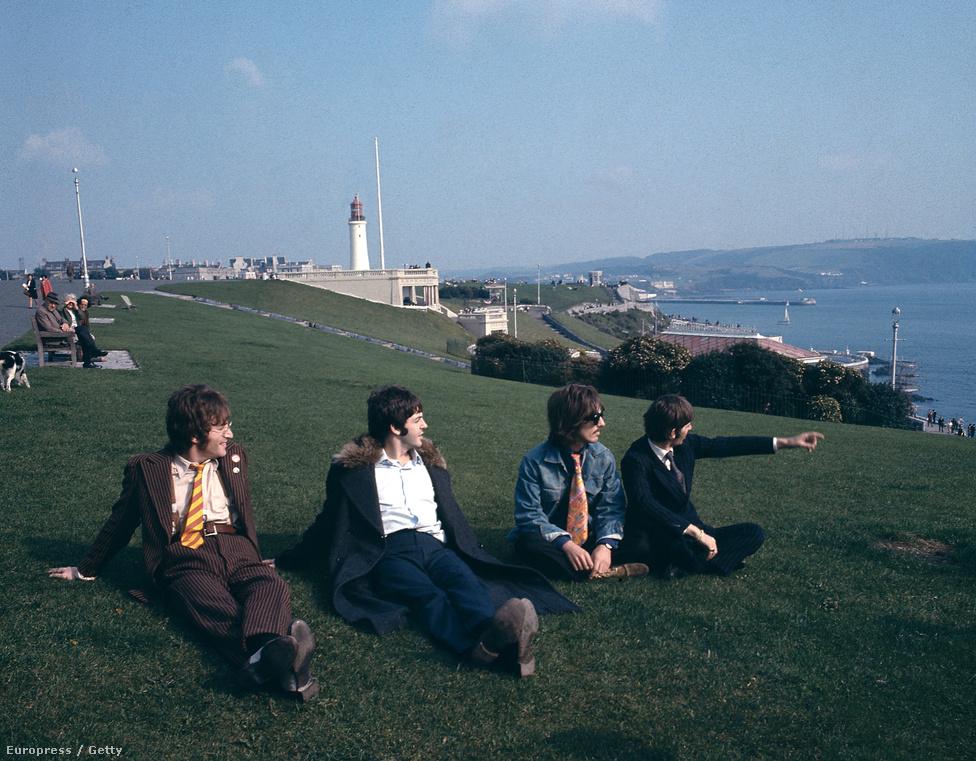A zenekar a The Magical Mystery Tour 1967-es felvételén. Ez volt a Beatles harmadik filmje, amit a korabeli kritikák alaposan lehúztak annak koncepciótlansága miatt. Forgatókönyv sem készült hozzá, egyedül egy rajz, amin Paul McCartney felvázolta a cselekmény fő szálait. McCartney akkor bocsánatot is kért a film miatt, ma viszont már elégedett az eredménnyel.