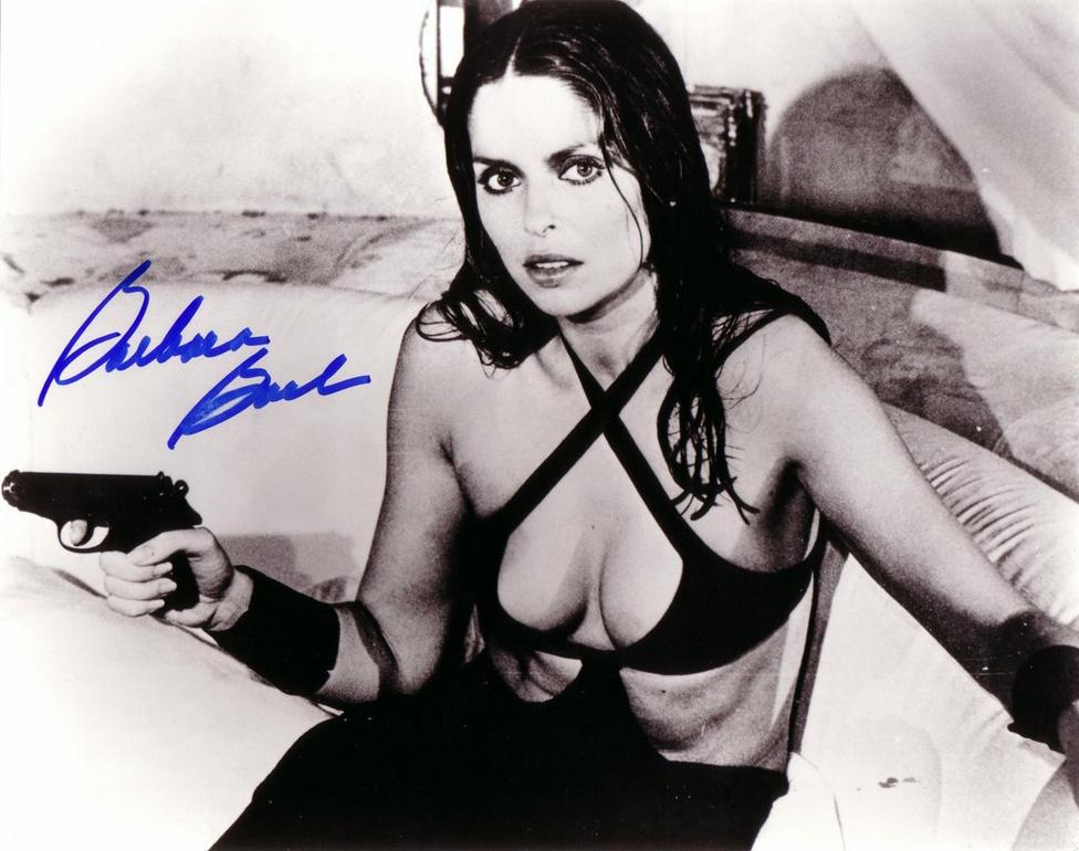Barbara Bach, a rajongók másik kedvenc Bond-lánya a 77-es A kém, aki szeretett engemben alakított szovjet ügynöknőt. A Bondhoz hasonlóan profi képzést kapott Amaszova őrnagy jó időre száműzte a franchise-ból a korábbi filmek könnyen ágybavihető kémnőinek kliséjét, ami egyrészt a '70-es évekre megerősödött nőmozgalmak hatása volt, másrészt a 75-ös Szojuz-Apollo űrprogrammal beköszöntő hidegháborús enyhülésének volt köszönhető.
