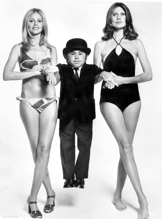 Az 1974-es Aranypisztolyos férfi az egyik legnevetségesebb epizód a szériában. A főgonosz (Christopher Lee) és a törpe sidekickje (Herve Villechaize) egy karibi napágyút akar eladni a terroristáknak, de Bond persze nem hagyja. A képen látható szőke Bond-lány, Britt Ekland a Tűzgolyó óta kötelező, bikinis MI6-segéderőként domborított a filmben, Maud Adams pedig a főgonosz szeretője volt, aki meghalt, mielőtt átállhatott volna a jó oldalra.