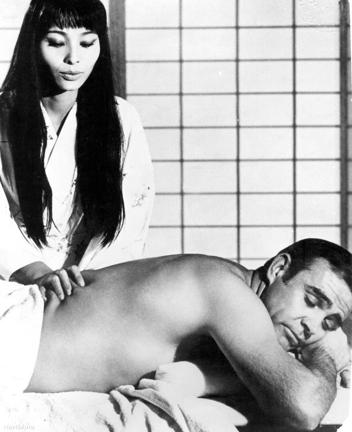 A Csak kétszer élsz egyik szereplője, Akiko Wakabayashi nyomkodja Sean Connery hátát 1967-ben.
