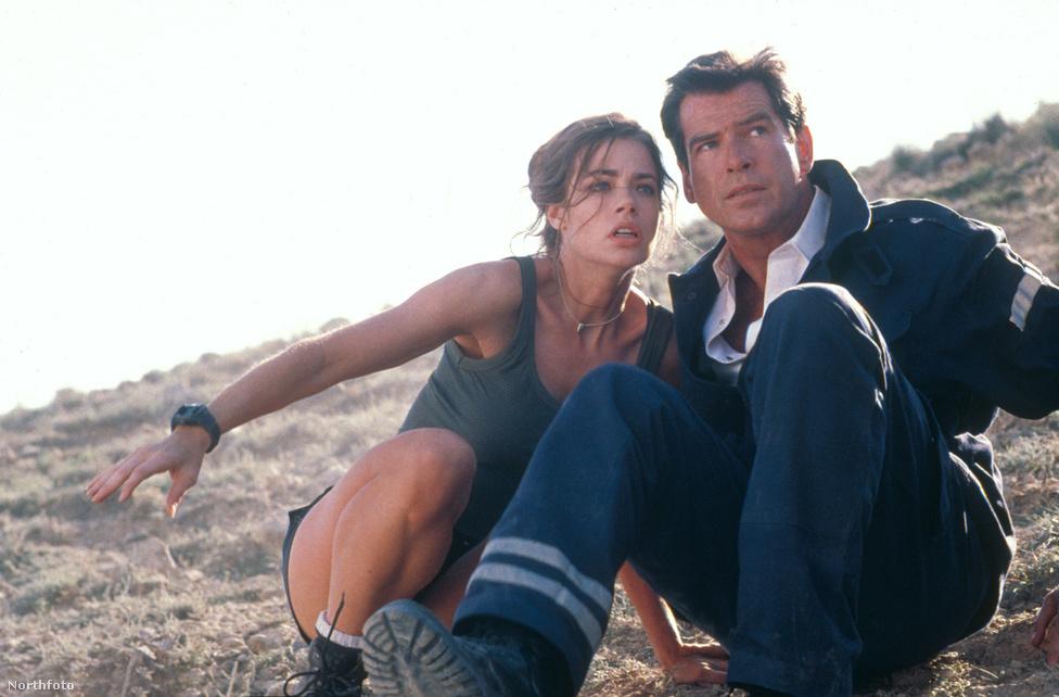 Szerencsére A világ nem elégben a gonoszokkal lepaktáló Bond-lány mellé berakták a szuperdögös Denise Richardsot is, akiről persze senki sem hiszi el, hogy doktori fokozatot szerzett atomtudós, mert jobb mellei vannak, mint bármelyik Playmate-nek.