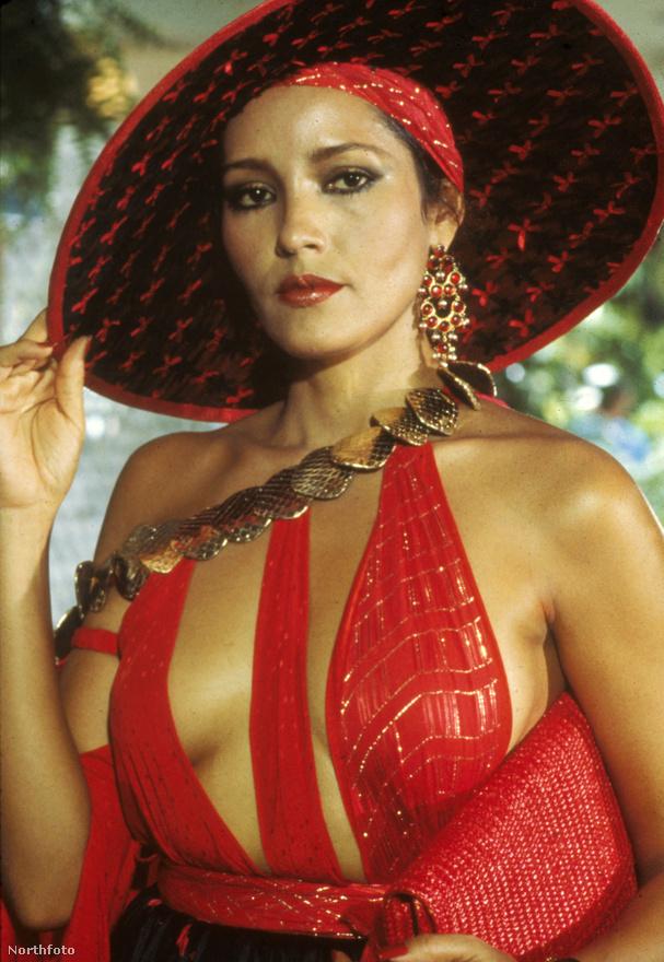 Az igen dekoratív, Playboy-címlaplány Barbara Carrera ugyanazt a SPECTRE-tag bérgyilkosnőt alakította a Soha ne mondd, hogy sohában, akit a Tűzgolyóban Luciana Paluzzi játszott.