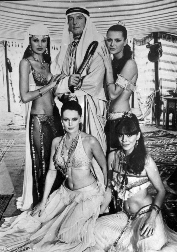 Jó dolog mindig bemutatkozó titkos ügynököt alakítani: itt épp háremhölgyek ölelgetik Roger Moore-t az 1977-es A kém, aki szeretett engem forgatásán.