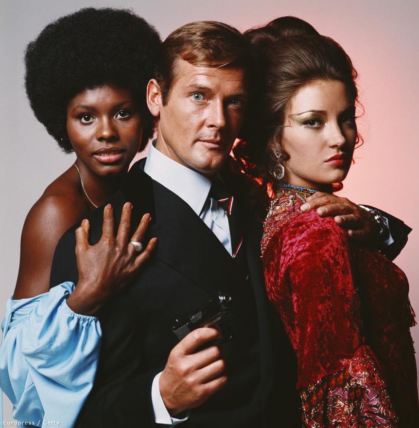 Conenry a Gyémántok után tényleg megunta a Bond-filmeket, de a készítők nem estek kétségbe: már korábban is kinézték új főszereplőnek Roger Moore-t, csak ő 60-as éveket az Angyal című tévésorozat forgatásával töltötte. Az Élni és halni hagyni a korábbi Bond-sztoriktól eltérően nem hidegháborús krimi, hanem a fehér nőket rabló vudu papos kalandfilmek örököse. A két új Bond-lány, Gloria Hendry és Jane Seymour karakterében ezúttal az a közös, hogy kezdetben mindketten a karibi főgonosznak dolgoznak, de a Bonddal közös szexjelenet után jó útra térnek.