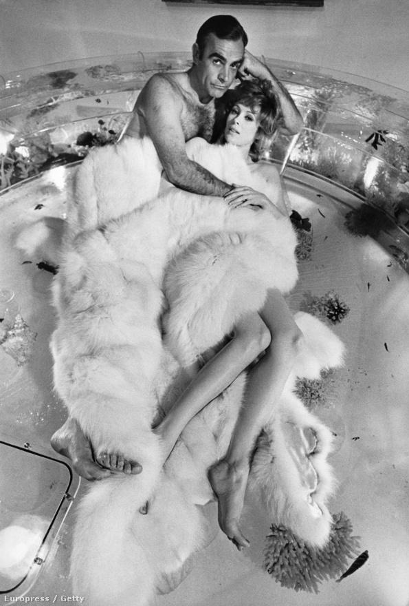 Lazenby csapnivaló Bond volt, ezért a producerek a 71-es Gyémánto kaz örökkévalósághoz visszacsábították Sean Conneryt, aki a főszerepért cserébe kemény feltételeket szabott: beleszólást kért a forgatókönyvbe és két későbbi filmje pénzelését is kicsikarta az United Artists stúdiótól. Bónuszként elcsábította kolléganőjét, a butácska bikinis ékszertolvajt alakító Jill St. John-t is. A fotón látható színésznő egyébként sportot űzött abból, hogy hírességekkel kavar: Jack Nicholsonnal és Frank Sinatrával is összejött.
