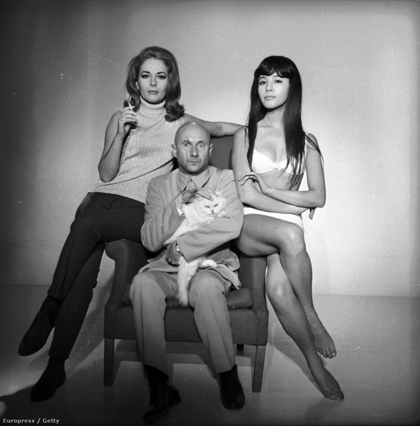 A titkos bunkerében világuralmi terveket szövögető, ronda, kopasz, macskasimogató főgonosz kedvelt figurája volt a korai Bond-filmeknek (nem csoda, hogy Mike Myers is ezt a korszakot figurázta ki Dr. Genyával az Austin Powers-trilógiában). A 007-es örök ellenfelét, az ördögi Blofeldet az 1967-es Csak kétszer élszben Donald Pleasences alakította .A fenti promóképen a német Karin Dor és a japán Mie Hama ölelgeti.