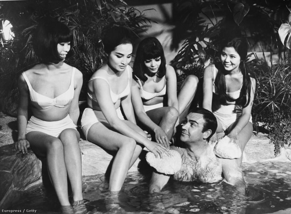 Pillanatkép a Csak kétszer élsz 1966-os forgatásáról: a Japánba vezényelt Bondot helyi ügynöknők kényeztetik.