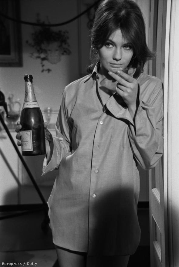 67-ben két James Bond-filmet vetítettek a mozik: Sean Connery Csak kétszer élszét és a Casino Royale-t, ami ugyan az első Ian Fleming-regény címét viselte, valójában kémfilmparódia volt Peter Sellersszel a főszerepben. Mivel Fleming már a 62-es Dr. No előtt eladta a Casino Royale regény filmes jogait, a hivatalos Bond-filmek producerre, Albert Broccoli nem tehetett ellene semmit (a lánya, Barbara Broccoli csak 1999-ben tudta megvásárolni a címet egy új Bond-filmhez, de Tarantinónak már nem engedte megrendezni, mivel ő ragaszkodott Pierce Brosnanhaz és a fekete-fehér nyersanyaghoz). Képünkön a 67-es Casino Royale egyik Bond-lánya, a brit Jacquleine Bisset látható.