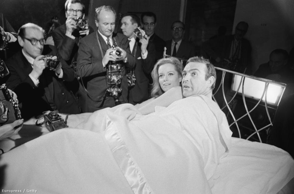 James Bond egy ágyban az ellenséggel, ezúttal a SPECTRE hűséges terroristájával (Luciana Paluzzi) a Tűzgolyó forgatásán, 1965 márciusában.