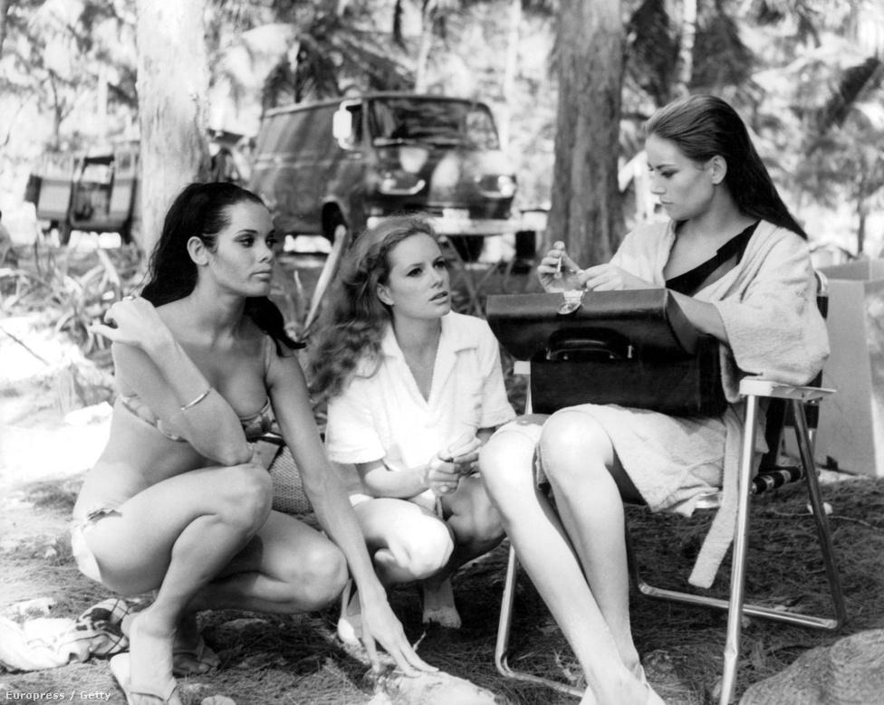 Bond-lányok a 64-es Tűzgolyó forgatásán. Az angol Martine Beswick az egzotikus szépségű MI6-ügynököt, Bond bahamai összekötőjét alakította, aki tipikusan az a naiv szerető, akik a gonoszok elsőként ölnek meg. Az olasz Luciana Paluzzi a Bond-filmek állandó bűnszervezetének, a SPECTRE-nek egyik polipgyűrűs tábornokát játszotta. Jobbszélen a francia Claudine Auger ül, aki szintén jellegzetes Bond-filmes karakter volt: Domino kezdetben a főgonosz csaja, de néhány Bonddal eltöltött nap után rájön, hogy a rossz oldalon áll.