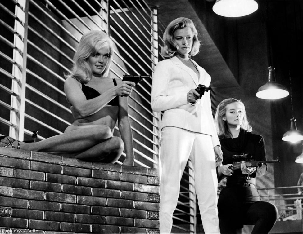 A Goldfinger három Bond-lánya: Shirley Eaton, Honor Blackman és Tania Mallet. Utóbbi az aranyba mártott Jill Masterson bosszúszomjas testvérét, Tilly Mastersont alakította a filmben, de a pengekalapos Oddjob őt is megölte.