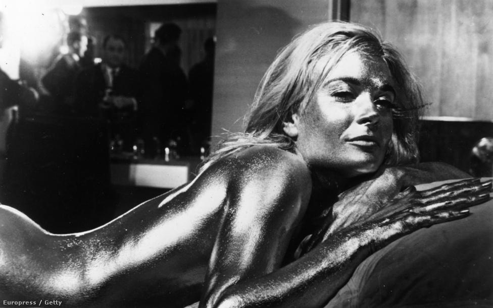 A 64-es Goldfinger egyik legemlékezetesebb jelenete: a főgonosz (Gert Fröbe) pengekalapos bérgyilkosa aranyba mártva öli meg Bond alkalmi partnerét, a dögös Jill Mastersont (Shirley Eaton).