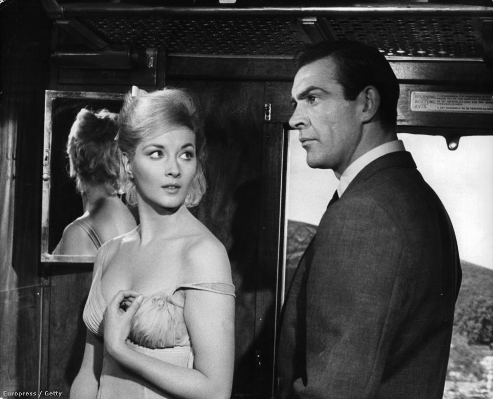 Albert Broccoli és Harry Satzman producerek mindig az adott korszak legdögösebb címlaplányait és modelljeit hívták meg Bond-lánynak a filmjeikbe. Az olasz Daniela Bianchi 1960-ban megnyerte a Miss Universe szépségversenyt, így lehetett ő a 63-as Oroszországból szeretettel naiv, szőke kémnője,  Tatjana Romanova, akinek a rugós cipős Rosa Klebb adja parancsba: csábítsa el Bondot és szerezze vissza Oroszországnak az ellopott kódfejtő gépet.