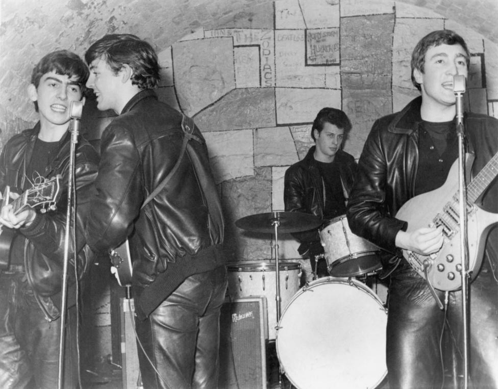 1961, Liverpool, még Pete Best dobossal. Bestet George Martin producer rúgatta ki a csapatból, mert szerinte nem feleltek meg a kvalitásai a Beatles számára.