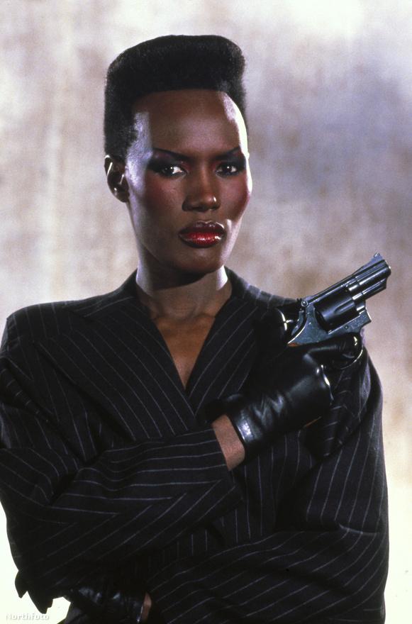 A kidolgozott izmú, fekete modell-színésznő, Grace Jones szintén a fantasy műfajból igazolt át a Bond franchise-hoz: az 1984-es Conan, a pusztítóban ő volt Zula, az amazon, így egyértelmű választás volt szupererejű testőrnek a film főgonosza, a Szilícium-völgyet vízzel elárasztani kívánó Zorin (Chrisopher Walken) mellé.