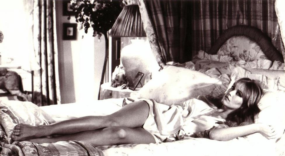 A 85-ös Halálvágta dögös Bond-lánya, Tanya Roberts már azelőtt is híres színésznő volt, hogy a 007-es ágyába bújt volna: a 82-es Vadak urában az állatokkal társalgó Conan-imitátor, Dar mellett domborított, a 84-es Sheena, a dzsungel királynőjében pedig már ő maga volt a lengén öltözött, barbár főhős.