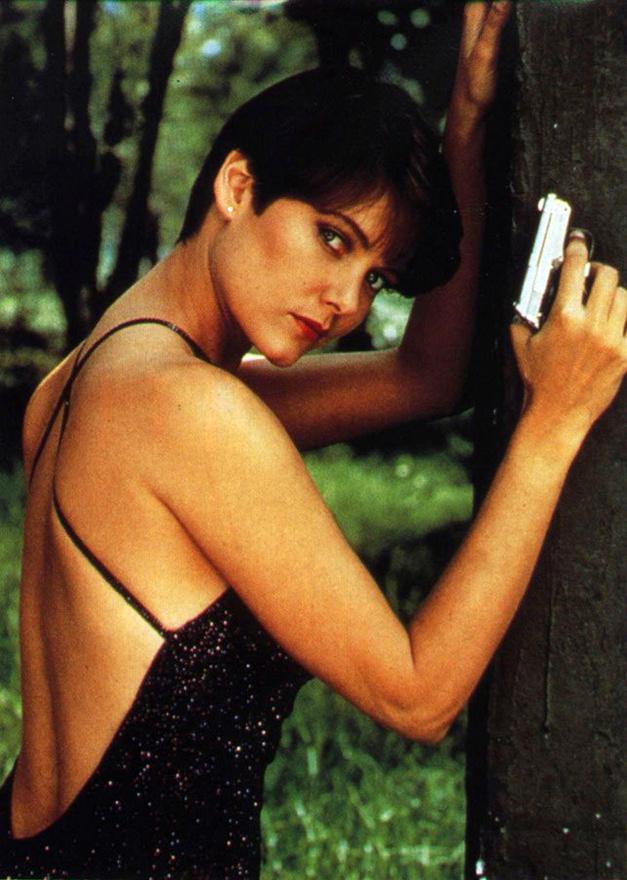 Az 1989-es A magányos ügynökben a 007-es nem is volt olyan magányos: Dalton az amerikai Carey Lowellt kapta maga mellé Bond-lánynak, hogy ketten együtt kapják el a Mexikói-öböl drogbáróját, aki kinyírta Felix Leitert, Bond legjobb CIA-s barátját. A filmmel csak egyetlen gond volt: annyit géppuskáztak és robbantottak benne, hogy azt Stallone és Schwarzenegger is megirigyelhette volna.