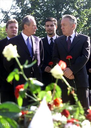 Medgyessy Péter miniszterelnök-jelölt, Mesterházy Attila, a Tizek Társaságának tagja és Kovács László pártelnök a rákoskeresztúri köztemető 301-es parcellájában. (2001)