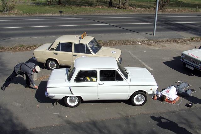 A gépkocsi helyzetét és az esetleges féknyomokat is jelölni kell