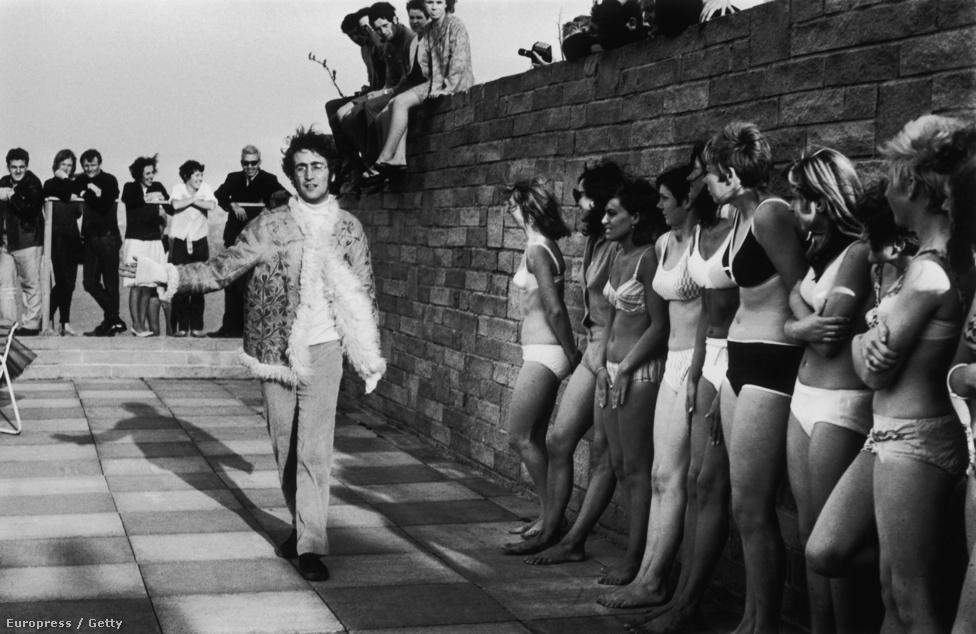 John Lennon bikinis lányoknak dirigál a The Magical Mystery Tour film forgatása alatt a cornwalli Newquayben.