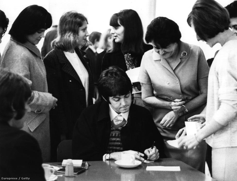 Paul McCartney autogramot oszt 1967-ben. A zenekar ekkor már nem turnézott, ugyanis 1966-ban belefáradtak a folyamatos színpadi életbe. 1966 augusztus 29-én, több mint 1400 koncert után San Franciscóban léptek fel utoljára normális körülmények között.
