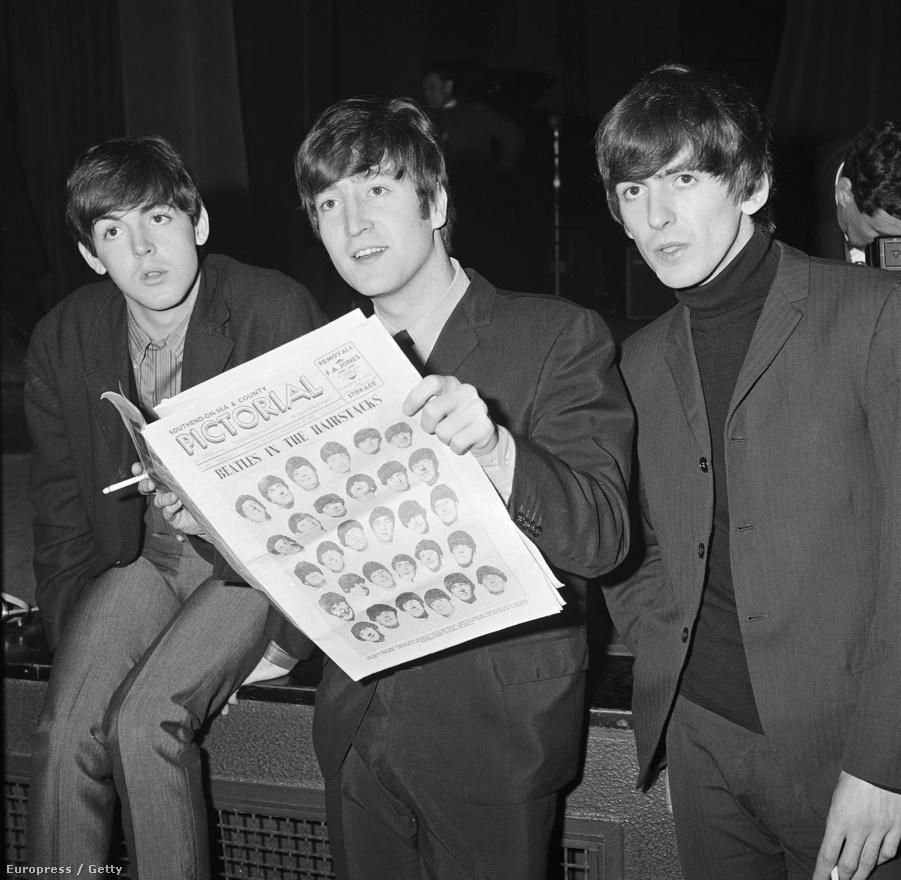 Paul McCartney, John Lennon és George Harrison újságot olvas egy sajtókonferencia után 1963 decemberében.