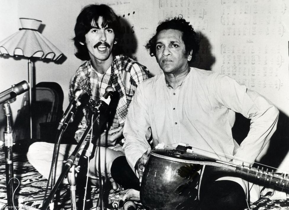 Ravi Shankar szitárművész főként George Harrisonra volt nagy hatással, akinek gondolkodását a Beatles feloszlása után is alapvetően meghatározta az indiai kultúra. A zenekar el is repült Indiába egy kis időre, de  csak Harrisonnál hozott nagy változást a túra. A kép 1967-ben készült.