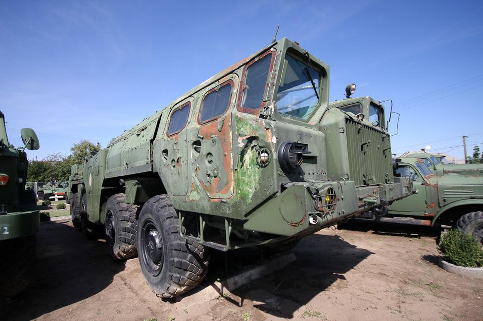 Ilyen MAZ 543 típusú teherautóval szállították a ballisztikus rakétákat. Élőben minden képzeletet felülmúlnak a méretei