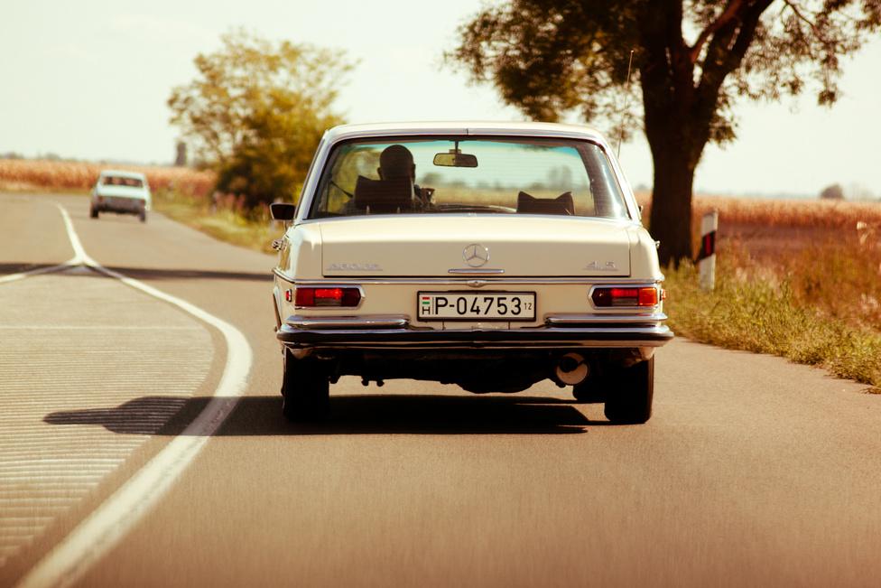 A kisautós nagy autója. Sipos úr a W108-ban