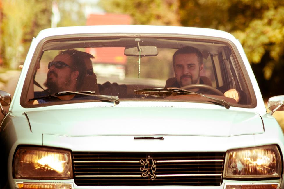 Szakál-metál. Képzelhetik mi mehetett abban az autóban, ahol Pista és az őt örökké interpelláló Árpád utazott. És kazettás magnóról hallgatták az ACDC-t!