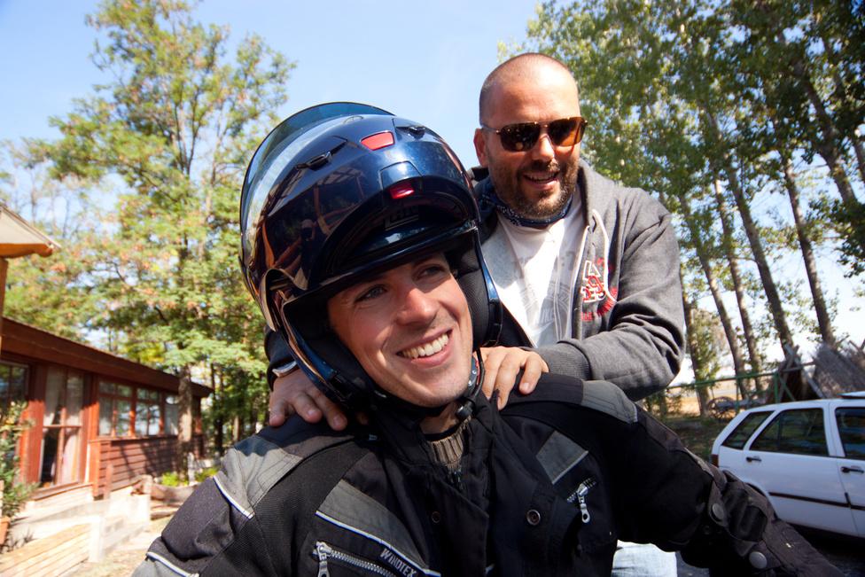 Winkler itt demonstrálja, milyen jó a motorosnak, amikor az utasa az egyik lábtartóra nehezedve próbálja átlendíteni a lábát az ülés fölött. Hosszú másodpercek voltak