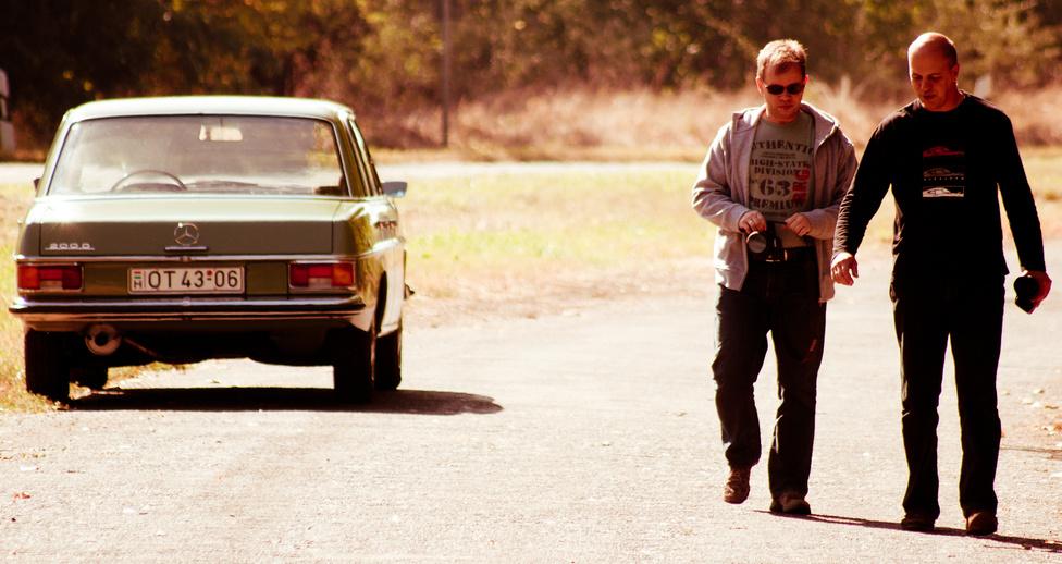 Zách Dani elveszett, ezért a leleményes Csikós az út szélére parkolt Mercedesszel jelölte meg a társaság tartózkodási helyét