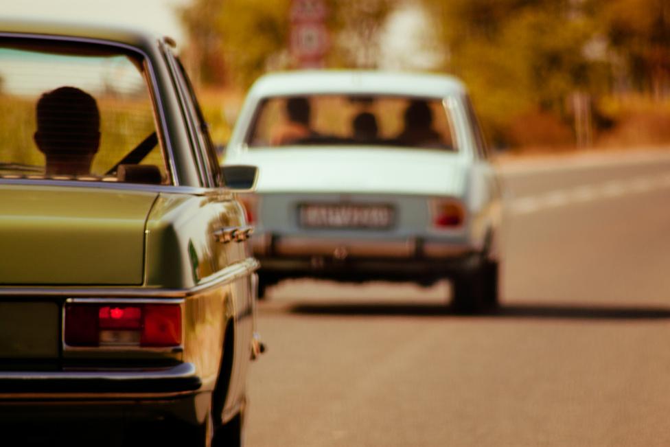 Bandi 504-esének feneketlen benzintartálya van. Talán csempészautó volt. W115 üldözi