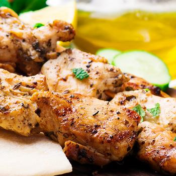 Így készül a görögök kedvenc csirkenyársa, a szuvlaki – Elképesztően omlós lesz a hús