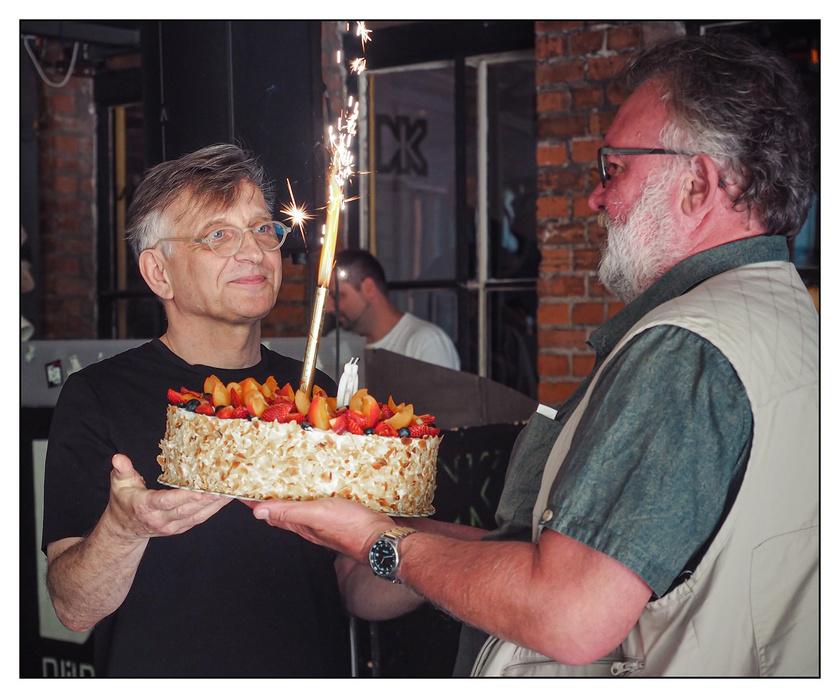 A teátrum igazgatója, Mácsai Pál nyújtotta át Csuja Imrének a társulat tortáját.