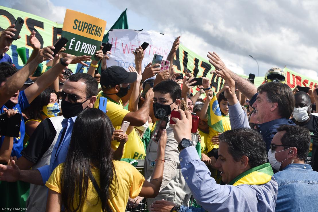 Jair Bolsonaro támogatói között 2020. május 24-én.