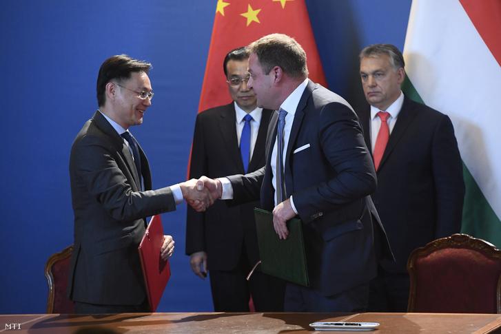 Viktor Cseng, a Shanghai Ctrip Business Co. Ltd. nemzetközi kapcsolatokért felelős alelnöke (elöl b) és Guller Zoltán, a Magyar Turisztikai Ügynökség vezérigazgatója (elöl j) stratégiai partnerségi megállapodást ír alá Orbán Viktor miniszterelnök (hátul j) és Li Ko-csiang kínai kormányfő (hátul b) jelenlétében a két kormányfő tárgyalását követően tartott sajtótájékoztatón az Országházban 2017. november 28-án.