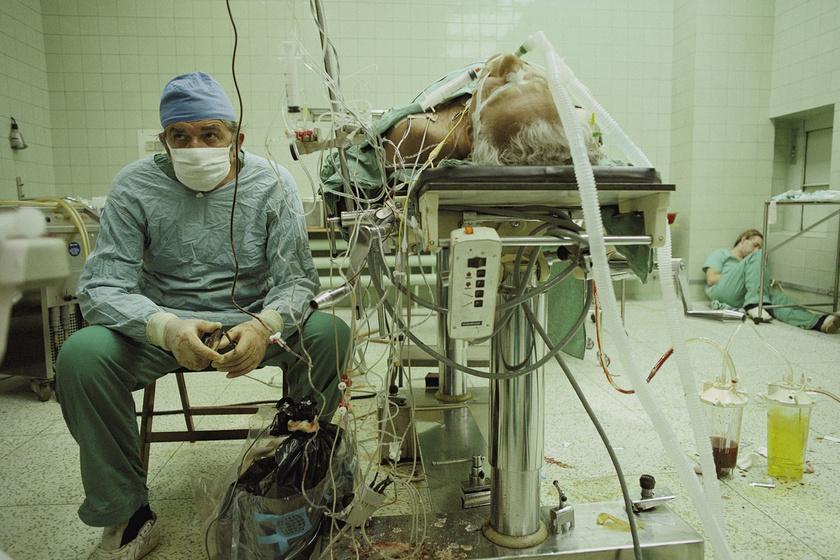 Nem csoda, hogy 1987-ben a National Geographic magazin James L. Stanfield fotóját az év egyik legjobbjának választotta. A felvételen a lengyel dr. Zbigniew Religa először hajtott végre sikeres szívátültetést az országban. A műtét 23 órán át tartott.