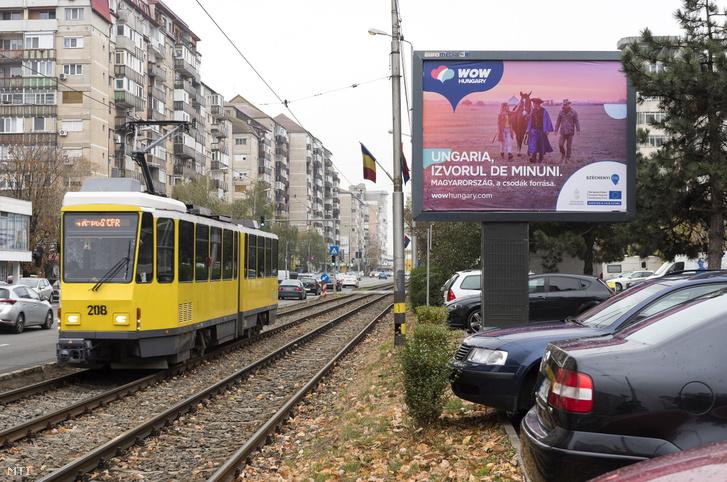 Magyarországot népszerűsítő, a nemzetközi turisztikai kampány keretében elhelyezett óriásplakát a partiumi Nagyváradon 2018. november 19-én. A Magyar Turisztikai Ügynökség (MTÜ) hirdetése hat országban 2000 óriásplakáton, közterületi platformokon volt látható.