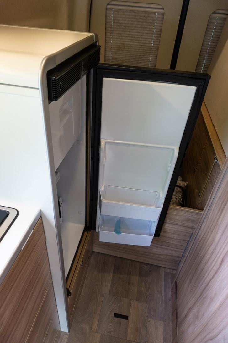 12 voltos, 90 literes kompresszoros hűtő. Kiválóan hűt bármilyen időben, ellentétben a nagy melegben gyakran elvérző abszorpciós rendszerűvel.