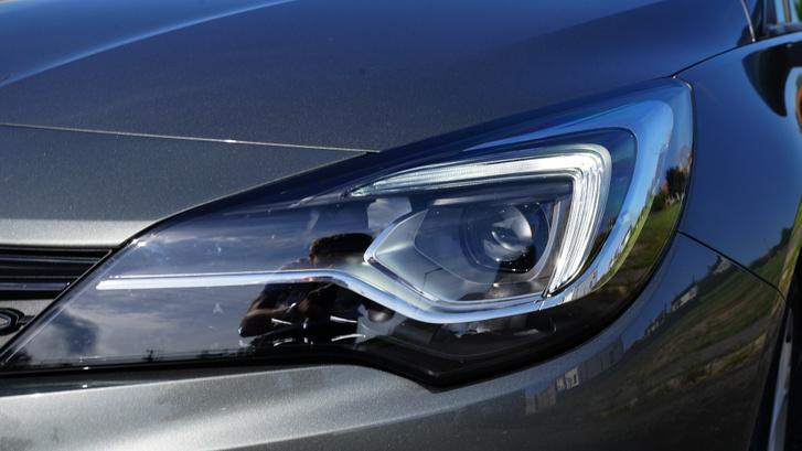 A LED fényszórók Mátrix csomagban automatikusan szabályozzák a bevilágított területet, magyarul sose fogjuk kisütni a szembejövő szemét